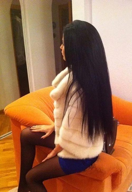 Фото девушки с темными волосами с боку